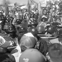 """POLICÍA LE HUYE A MINEROS, PERO GOLPEA A """"PELIGROSOS"""" ANTORCHISTAS"""