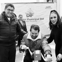 ENTREGAN EQUIPOS DE MOVILIDAD PARA PERSONAS CON DISCAPACIDAD MOTRIZ EN FRESNILLO